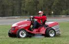 """Tiago Monteiro pokonuje legendarny zakręt """"Eau Rouge"""" najszybszą na świecie kosiarką do trawy!"""